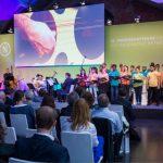 Podium mit Band und Schülerchor 16. RNE Jahreskonferenz (© RNE/ Svea Pietschmann)