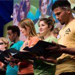 Podium mit Schülerchor 16. RNE Jahreskonferenz (© RNE/ Svea Pietschmann)