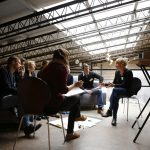 Teilnehmende beim Praxisaustausch im gespräch mit Kerstin Pettenkofer