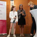 bap-Preis Politische Bildung 2017 Moderatorin Cornelia Benninghoven im Gespräch mit zwei Preisträgerinnen (© Dirk Enters)